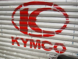 1024px-KYMCO_shops_paint_with_KYMCO_logo